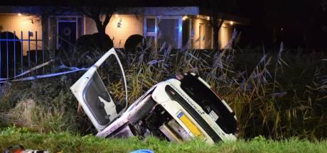 Bestuurder zwaargewond bij eenzijdig ongeval Moerkapelle: auto belandt in greppel