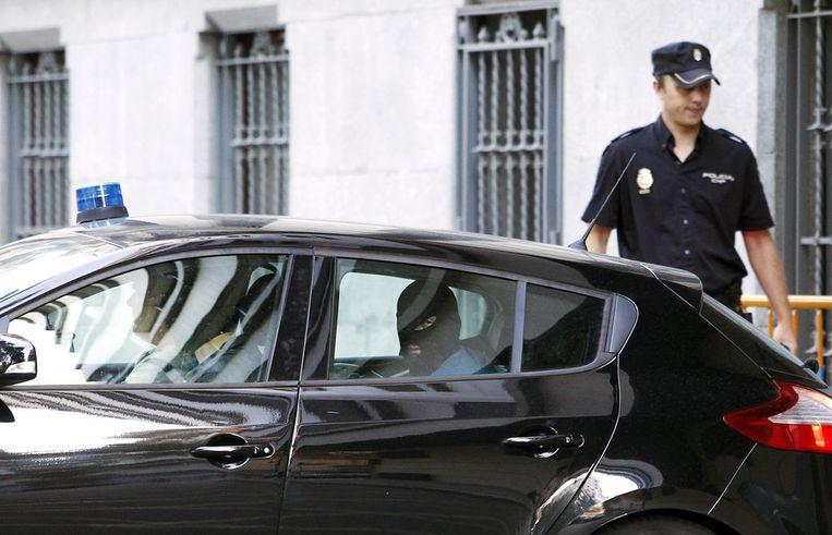 Een van de Tsjetsjeense verdachten wordt naar de rechtbank in Madrid gebracht, afgelopen zondag. Beeld ap
