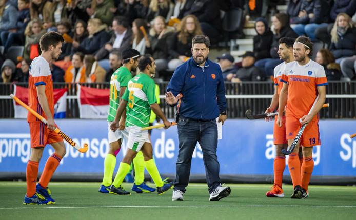 Bondscoach Max Caldas tijdens de Olympische kwalificatiewedstrijd tegen Pakistan (6-1). Oranje plaatst zich voor de Olympische Spelen 2020.