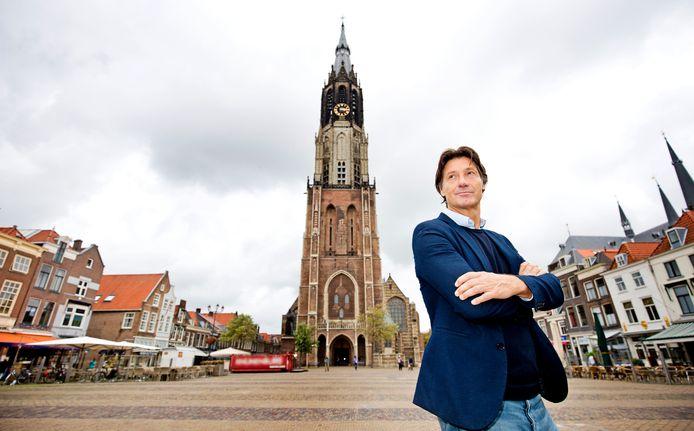 Producent Rick Engelkes op de Markt, met in de rug de Nieuwe Kerk, waarin zich het praalgraf van Willem van Oranje bevindt.