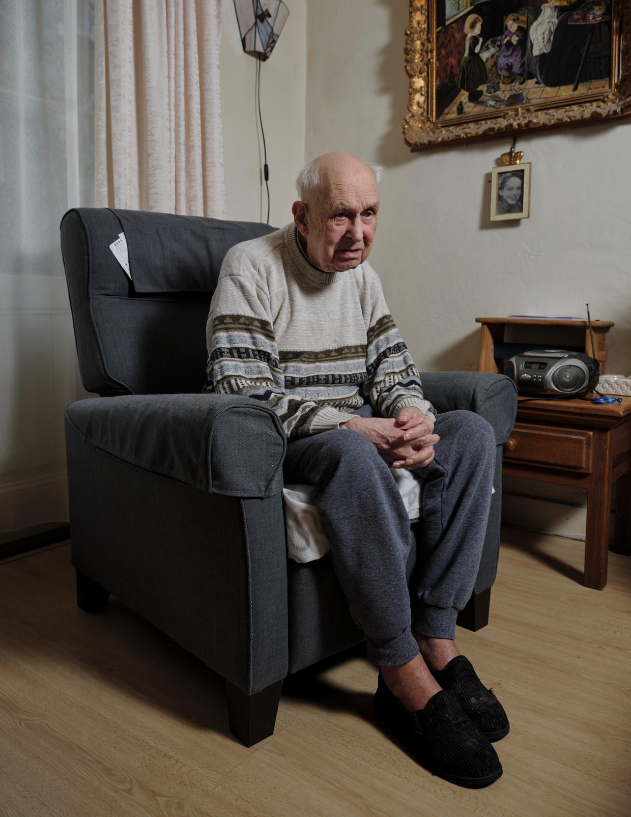 Piet Tjerks: 'Ik zou wel naar buiten willen, maar dat kan niet, hè. En ik krijg nog wel bezoek. Er zijn mensen die ook dat niet meer hebben. '