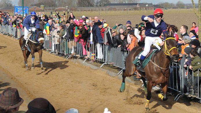Er is altijd veel publiek bij de Metworstrennen op het Vortums Veld.