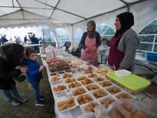 Zoete Turkse snacks en pizza's eten voor een grotere moskee