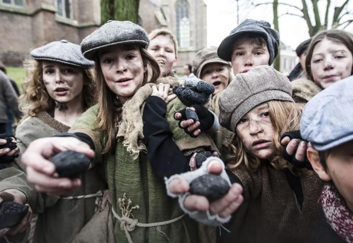 Kinderen verkleed als Dickensfiguren.