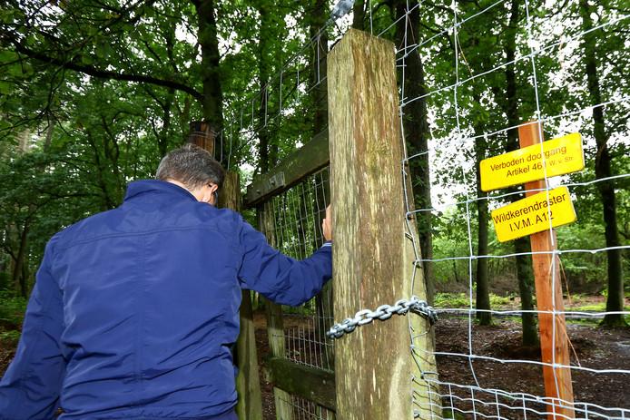 Het bos bij parkeerplaats Ginkelse Zand is tegenwoordig met hekwerken afgesloten.