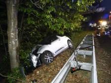 Auto schiet van A28: bestuurster gewond