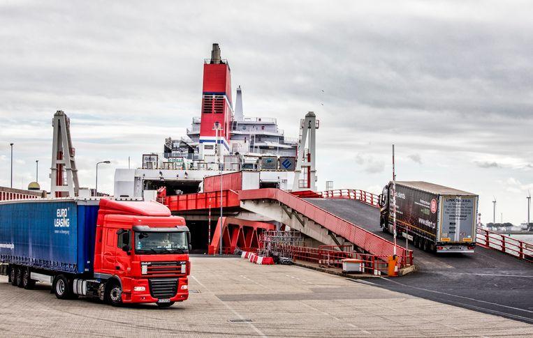 Vrachtwagens gaan bij Hoek van Holland aan boord van een schip van Stena Line.  Beeld Raymond Rutting / de Volkskrant
