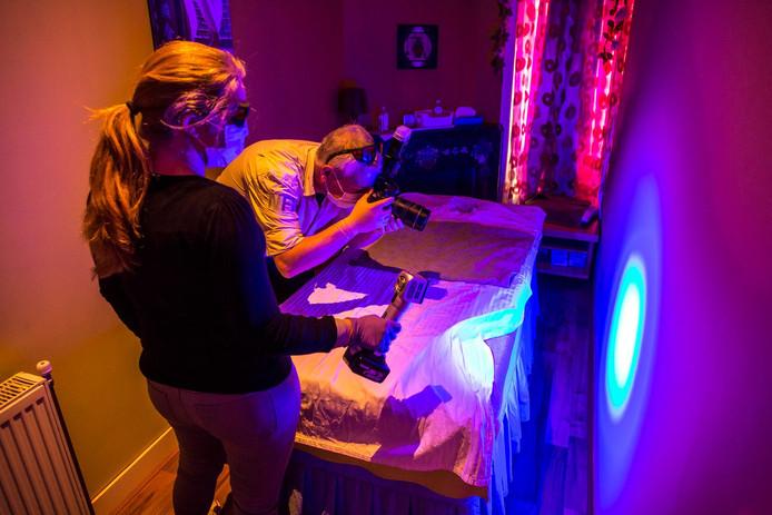 Ultraviolet licht onthult sporen van sperma. Deze foto is niet gemaakt in de beschreven salons.