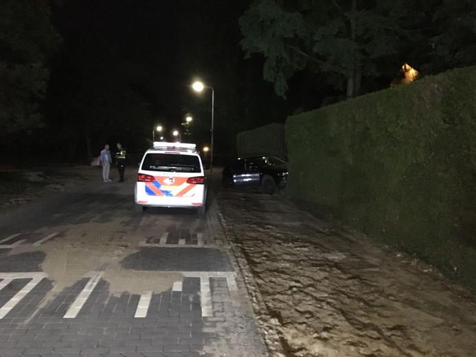 Auto tegen hek op Willibrordusweg in Oss.