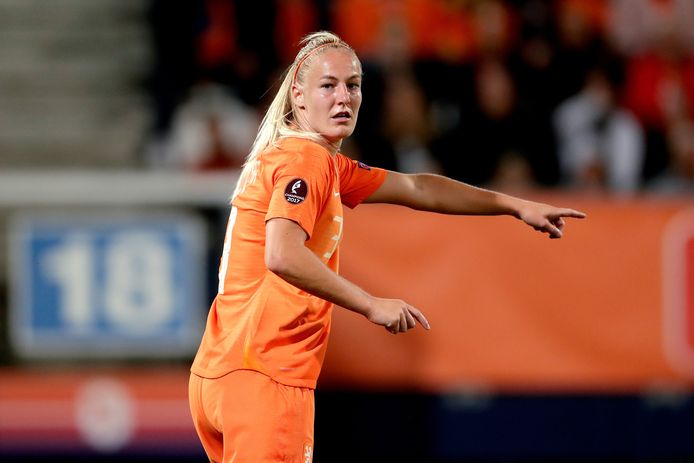 Stefanie van der Gragt in actie namens het Nederlands elftal.