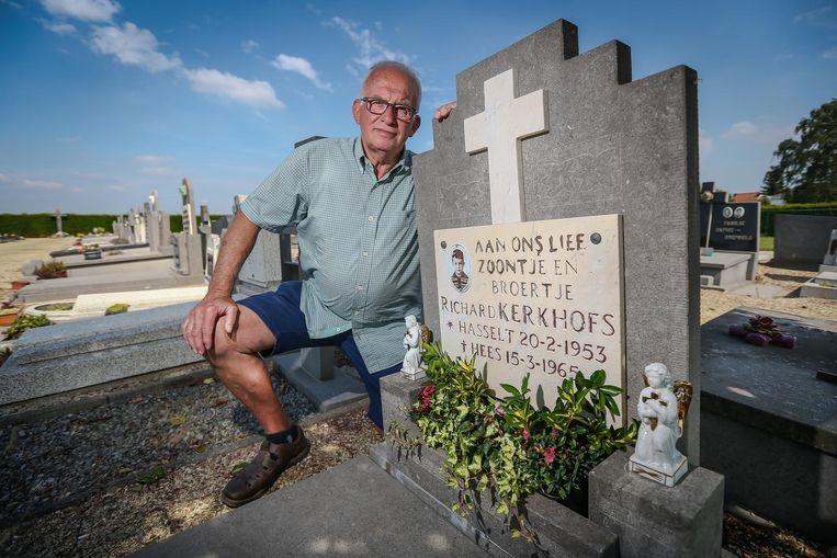 Jean aan het graf van zijn broer.