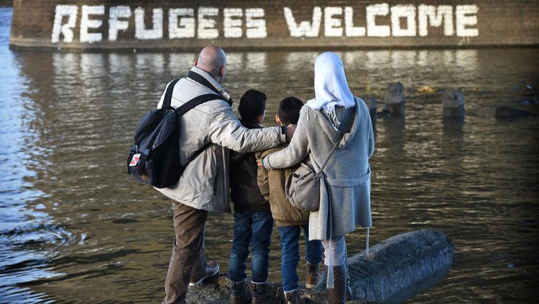 Mohannad en zijn gezin aan de Waalkade in Nijmegen. Beeld Marcel van den Bergh