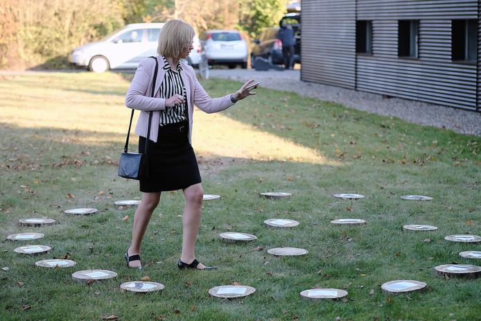 Een spiraal van foto's, getiteld Sporen van de grens, in de tuin van atelier Grenzblick, gemaakt door het Aaltense CDA-raadslid Freek Diersen, is op haar beurt weer onderwerp van een fotgraferende dame.