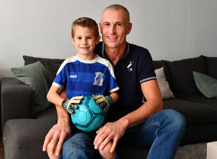 Tim De Roy met zijn zoontje Nand (6) die ook bij de jeugd van Blaasveld voetbalt.
