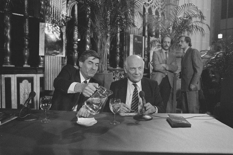 12 april 1986, premier Lubbers (l) schenkt Joop den Uyl een glas water in tijdens de Dag van de Democratie in de Nieuwe Kerk in Amsterdam.   Beeld Bart Molendijk / Nationaal Archief