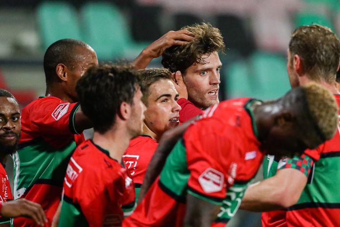 Javier Vet wordt na zijn doelpunt tegen Go Ahead Eagles geknuffeld, onder meer door aanvoerder Rens van Eijden (rechts).
