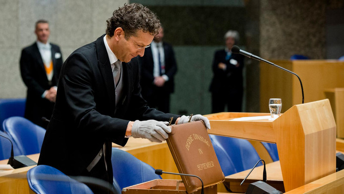 Minister Jeroen Dijsselbloem in 2015 met het koffertje met de rijksbegroting en miljoenennota.