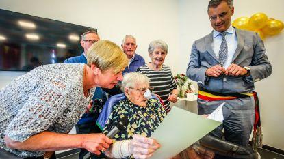 """VIDEO. Oudste inwoner van West-Vlaanderen blaast 110 kaarsjes uit: """"Mijn taart snijden? Ik ben geen klein kind hé"""""""
