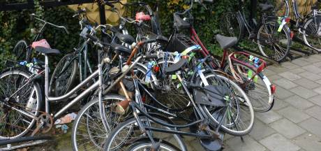 Klaar met fietswrakken: opruimactie van fietsenstallingen bij stations