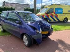 Auto in puin na botsing met boom in Slagharen: bestuurder naar ziekenhuis