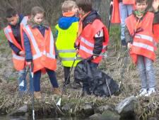 Vrijwilligers vissen meer dan duizend kilo afval uit de Schie