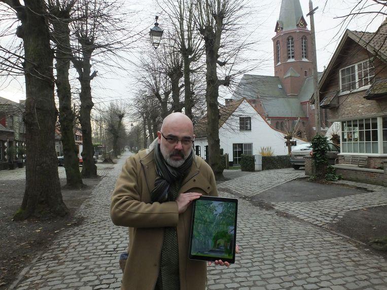 William Ploegaert met een van zijn iPad-tekeningen in de Ooidonkdreef. Zijn werken zullen te zien zijn in de kerk.