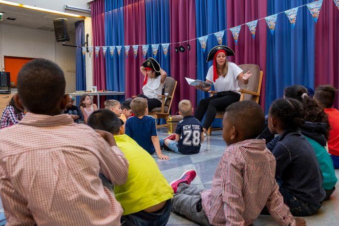 Door de verhalen van piraat Woeste Willem leren leerlingen van de zomerschool in Kampen nieuwe woorden en begrippen.