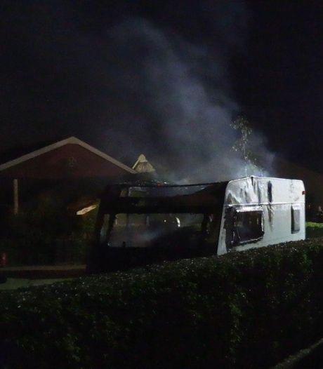 Caravan uitgebrand bij woning in Wehl