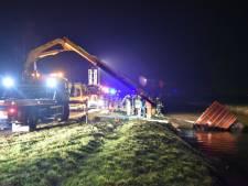 Vrachtwagen met dieren en bestuurder raakt te water in Lopik
