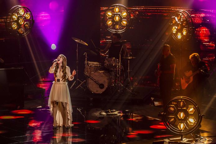 Isabel zingt haar liedje tijdens de finale van The Voice of Holland.