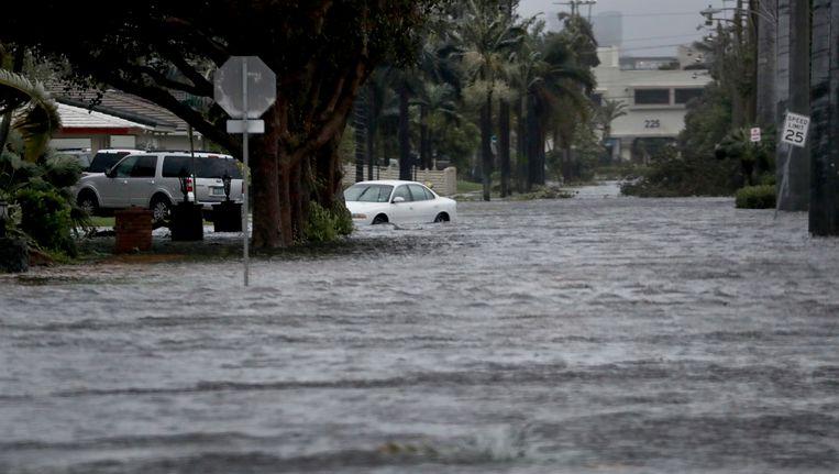 Een ondergelopen straat in Florida na het passeren van orkaan Irma. Beeld ap