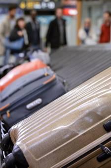 Elle prend l'avion avec des os de son mari dans ses bagages
