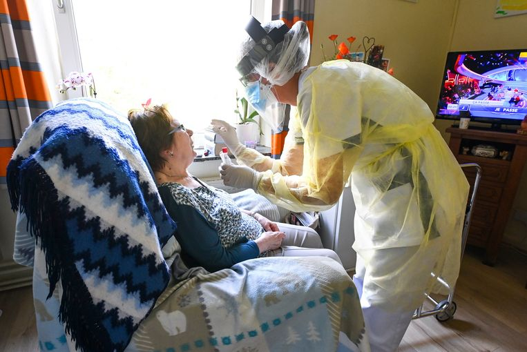Archieffoto april 2020: een echte verpleegster neemt een coronatest af bij de bewoonster van een woonzorgcentrum in Châtelet (nabij Charleroi).