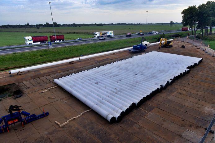 Delen van de transportleiding liggen klaar. Ze hebben een diameter van 700 mm en zijn 16 meter lang.