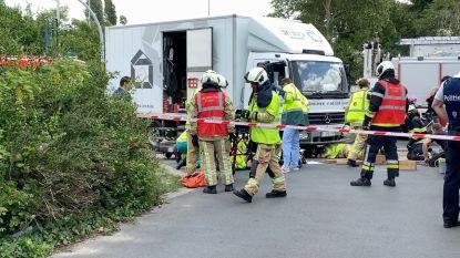 46-jarige bromfietsster belandt onder wielen van vrachtwagen