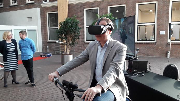 De Tilburgse wethouder Mario Jacobs fietst virtueel in zijn eigen stad, op een deel van de snelfietsroute F261.
