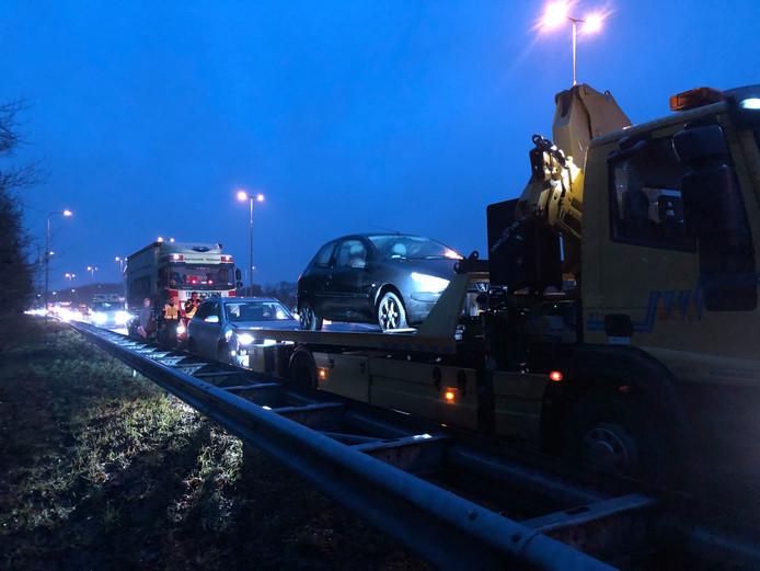 Een berger moest er aan te pas komen na ongeval met een vrachtwagen en twee auto's bij de afrit Apeldoorn-Zuid - Twello.