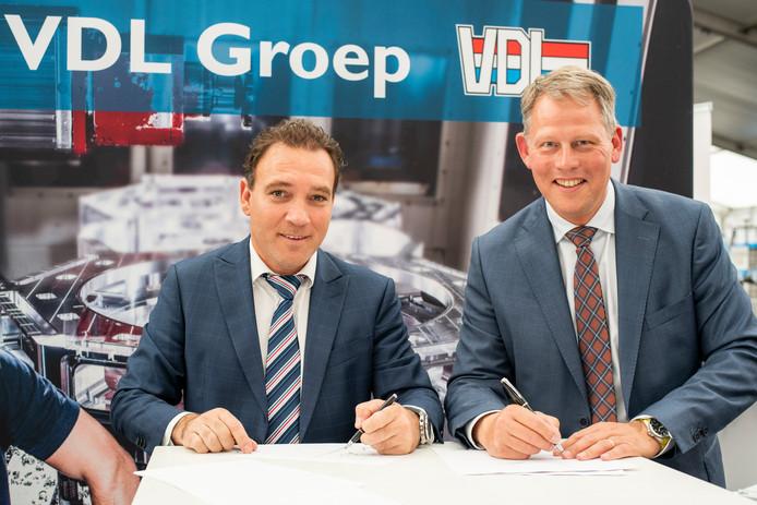 Pieter van der Leegte (links) en Remco Bosma ondertekenen de koopovereenkomst voor de tweede kavel van VDL Groep op het KBP.