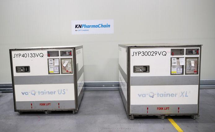 Containers waarin het vaccin van Moderna kan vervoerd worden in het logistieke centrum van Kuehne+Nagel in Machelen.
