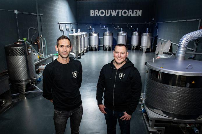Jasper van Elferen (links) en Dimitri van Hees in de nieuwe brouwerij van Brouwtoren.