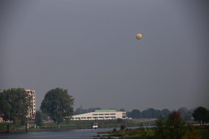De luchtballon vlak boven het Merletcollege in Cuijk.