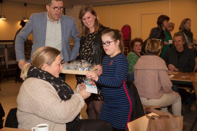 Roos (11 jaar) deelt koekjes uit op een symposium in Deurne over kinderen met down in het regulier onderwijs.