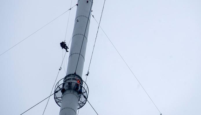 Monteurs hangen in de ruim 300 meter hoge Gerbrandytoren.