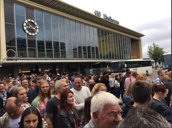 Zaterdagmiddag was het ook heel druk op station Eindhoven bij de opstapplek voor de bussen.