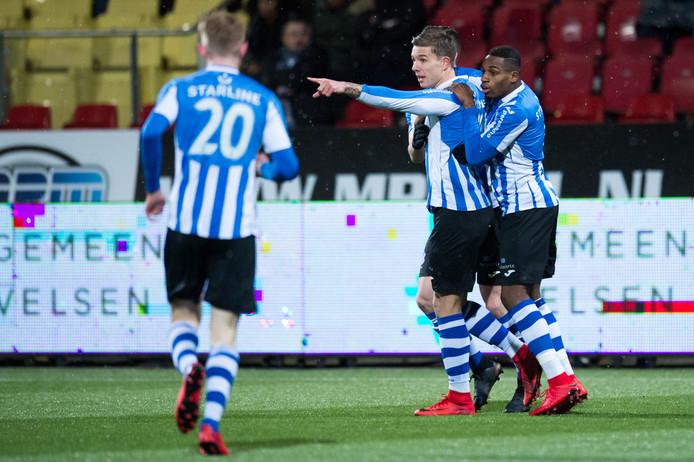 FC Eindhoven-speler Mart Lieder viert een doelpunt met zijn teamgenoten.
