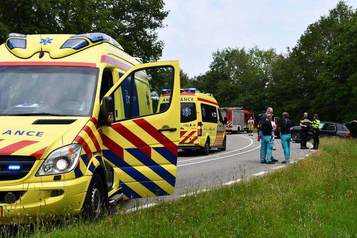 Hulpdiensten op de plek van het ongeval in Ommen.