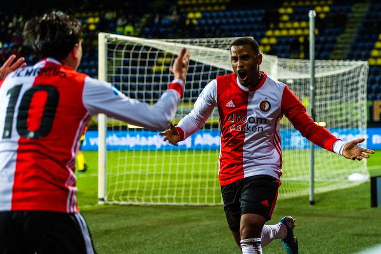 Luciano Narsingh loopt na zijn winnende treffer juichend Feyenoord-aanvoerder Steven Berghuis tegemoet. Beeld BSR