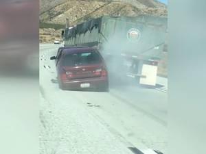 Vrachtwagen sleept auto meerdere kilometers mee