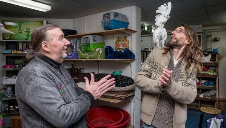 Dennis van den Burg (r) en zijn vader Henk (71) in dierenwinkel Ambulia Beeld Jean-Pierre Jans