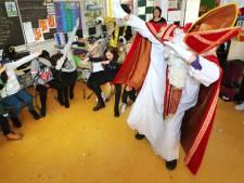 Alleen op school mag Sinterklaas nog binnen met zijn knecht